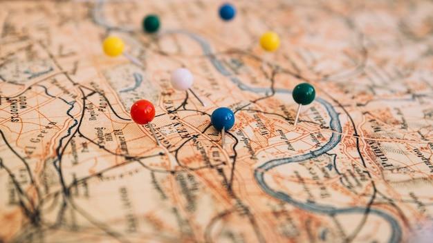 Pinos de close-up no mapa