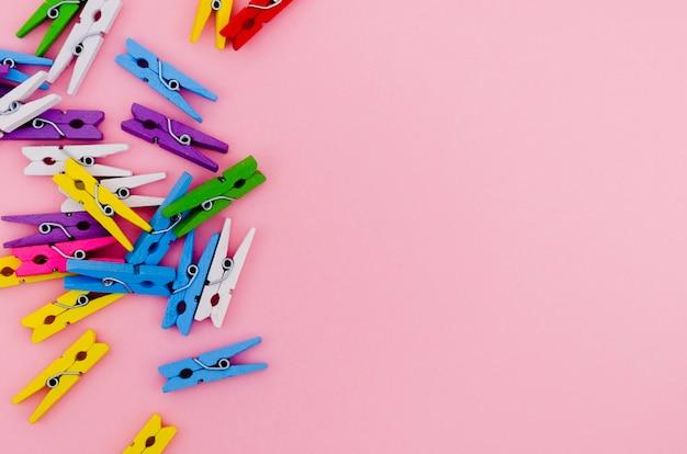 Pinos de roupa coloridos plana