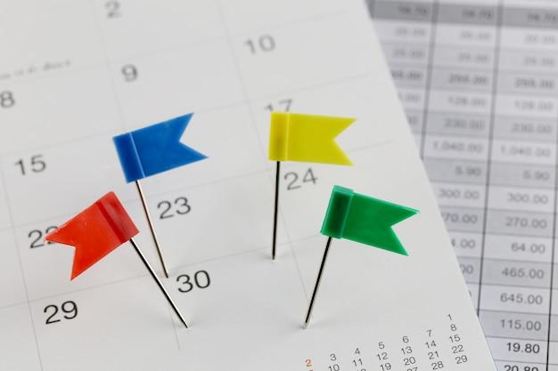 Pinos para wildcats no calendário ao lado do número de trinta em hora e data do conceito de negócio.