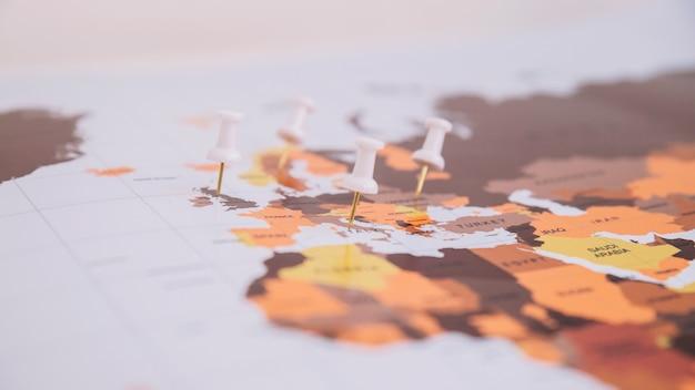 Pinos presos no mapa