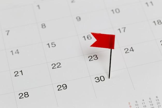 Pinos vermelhos para wildcats no calendário ao lado do final do mês.