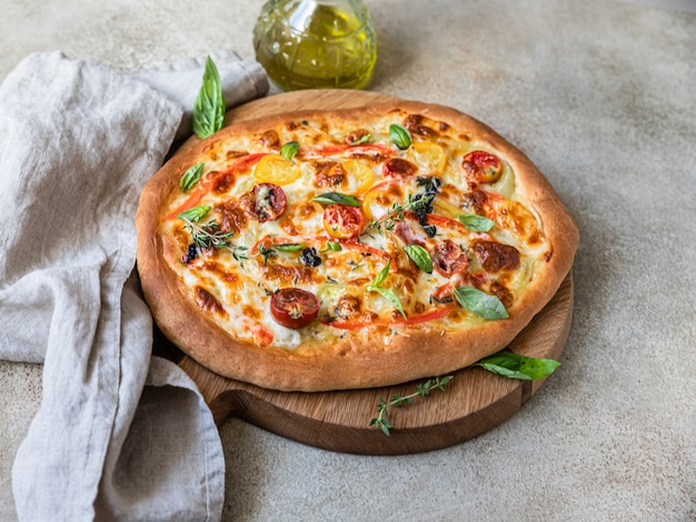 Pinsa com legumes e queijo, fundo de concreto. pizza tradicional de roma.