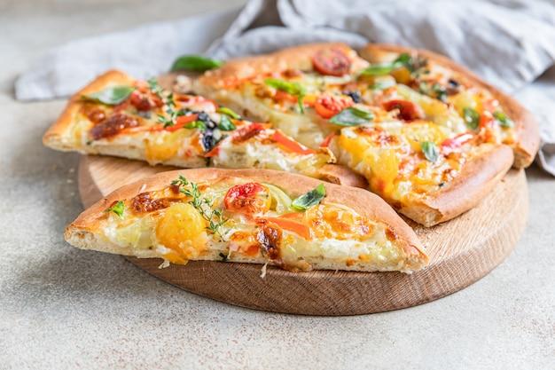 Pinsa com legumes e queijo pizza tradicional de roma