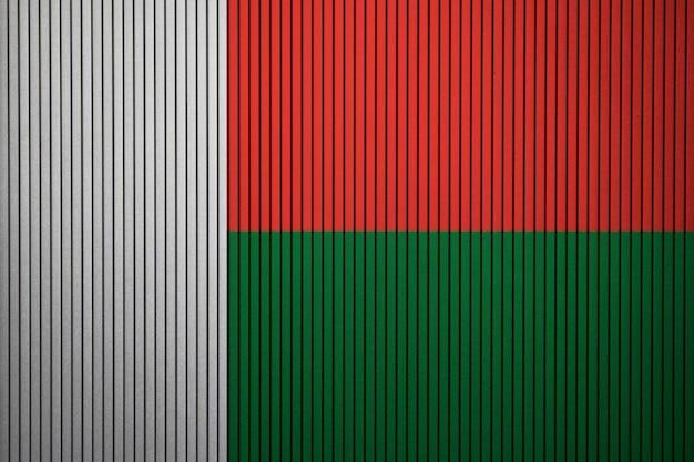 Pintado a bandeira nacional de madagascar em uma parede de concreto
