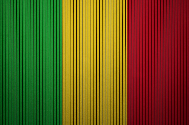 Pintado a bandeira nacional do mali em uma parede de concreto