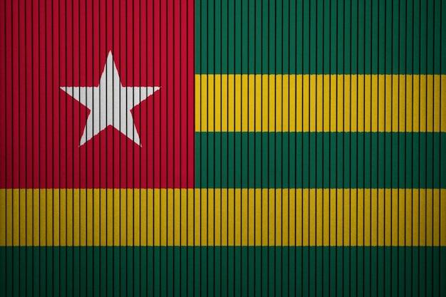 Pintado a bandeira nacional do togo em uma parede de concreto