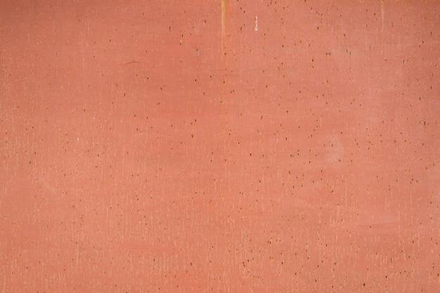 Pintado em fundo laranja velho de metal rachado enferrujado.