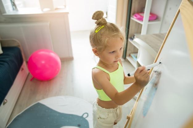 Pintando linda garotinha em casa