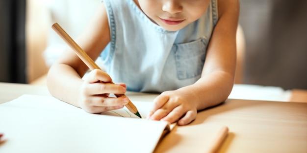 Pintando o conceito ocasional da imaginação da menina da atividade da prole