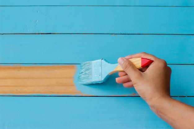 Pintando o fundo de madeira azul.