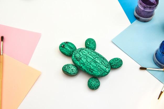 Pintando passo a passo uma tartaruga verde-rocha em uma pedra