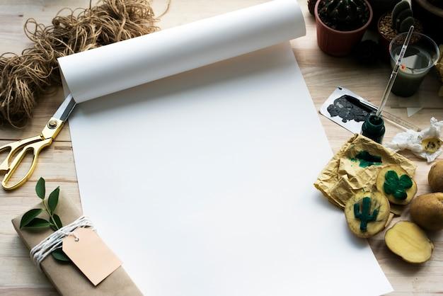 Pintando plantas de cacto de papel sobre uma mesa de madeira