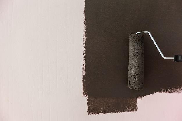 Pintando uma parede na cor preta