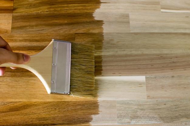Pinte a madeira externa, envernizando as camadas de madeira com um pincel.