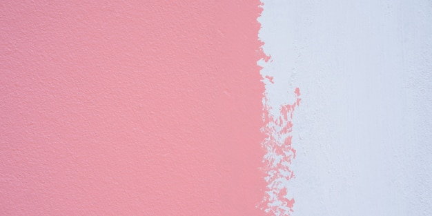 Pinte um primer branco e aplique rosa na parede de cimento. fundo de textura de parede de cimento branco e rosa.