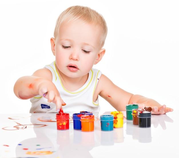 Pintinho de bebê por suas mãos em branco.