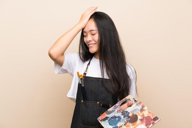 Pintor adolescente menina asiática percebeu algo e pretendendo a solução