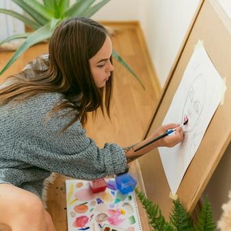 Pintor de alta vista desenhando um retrato