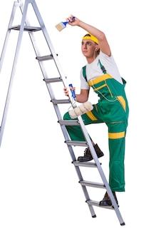 Pintor de reparador jovem subindo escada isolada no branco