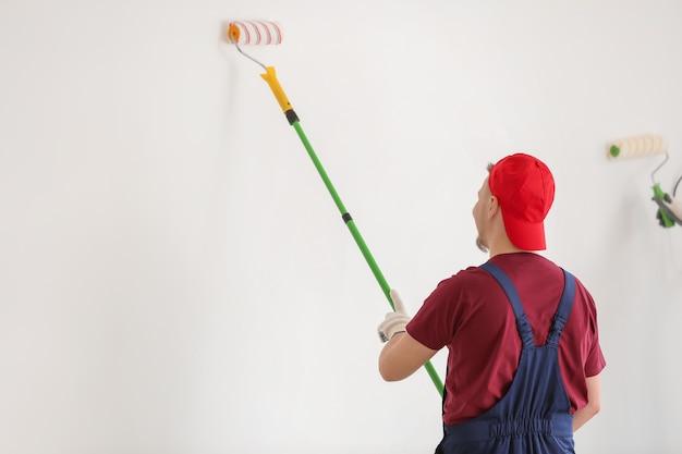 Pintor de uniforme masculino trabalhando em ambientes fechados
