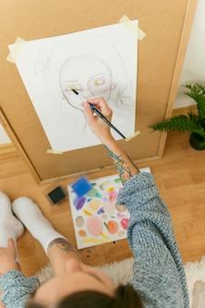 Pintor de vista superior desenhando um retrato