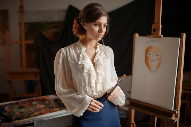 Pintor desenhando com paleta de cores e pincel