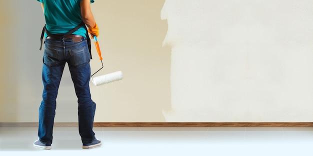 Pintor e rolo de pintura