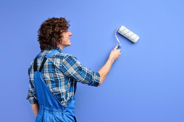 Pintor habilidoso e profissional durante o trabalho