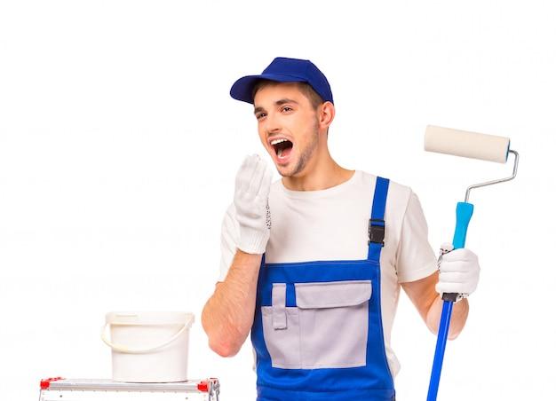 Pintor masculino estava cansado de pintar paredes e começou a bocejar.