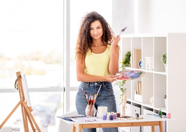 Pintor na oficina com equipamentos de arte