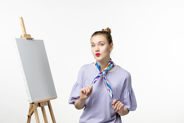 Pintora de frente preparando-se para desenhar em uma parede branca, exposição de artistas, pintura, desenho, arte, cavalete