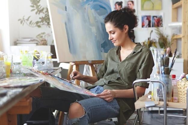 Pintora em seu estúdio de arte