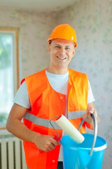 Pintores de casas com rolo de pintura