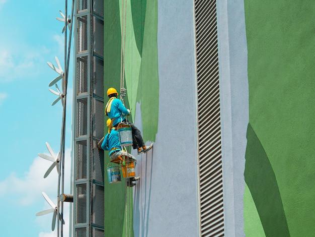 Pintores pintando o exterior do edifício
