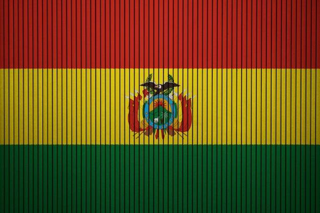 Pintou a bandeira nacional da bolívia em uma parede de concreto