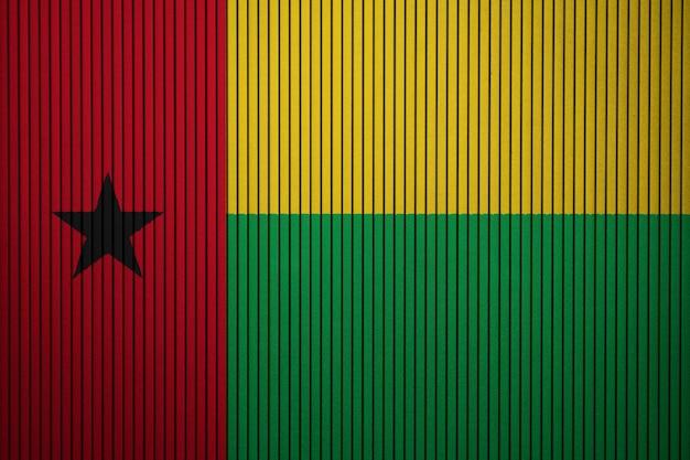 Pintou a bandeira nacional da guiné-bissau em uma parede de concreto