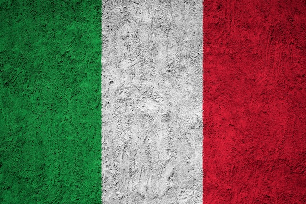 Pintou a bandeira nacional da itália em uma parede de concreto