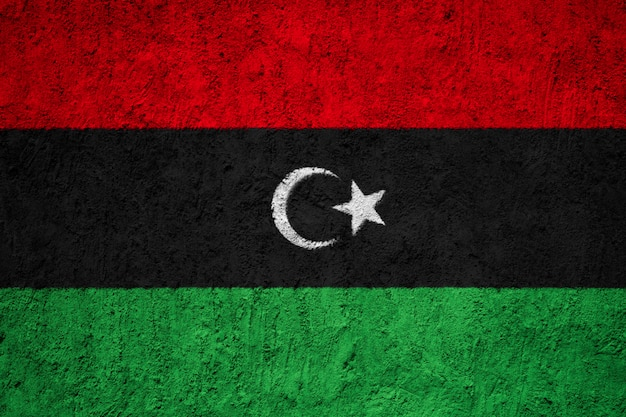 Pintou a bandeira nacional da líbia em uma parede de concreto