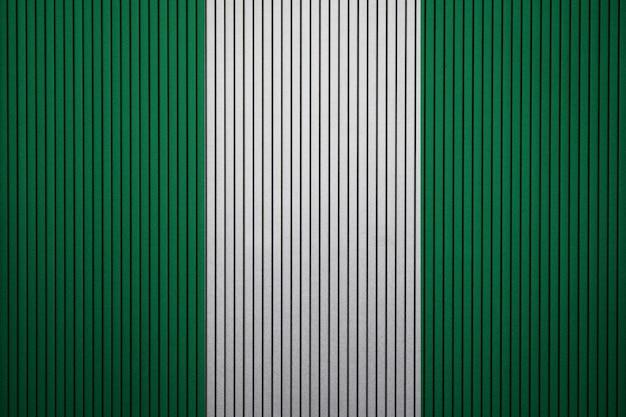 Pintou a bandeira nacional da nigéria em uma parede de concreto