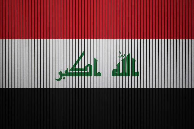 Pintou a bandeira nacional do iraque em uma parede de concreto