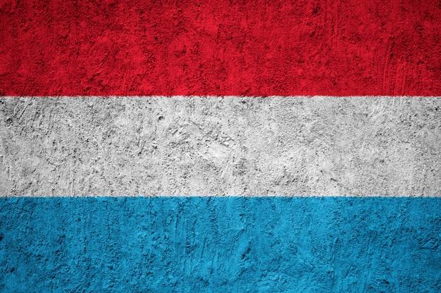Pintou a bandeira nacional do luxemburgo em uma parede de concreto