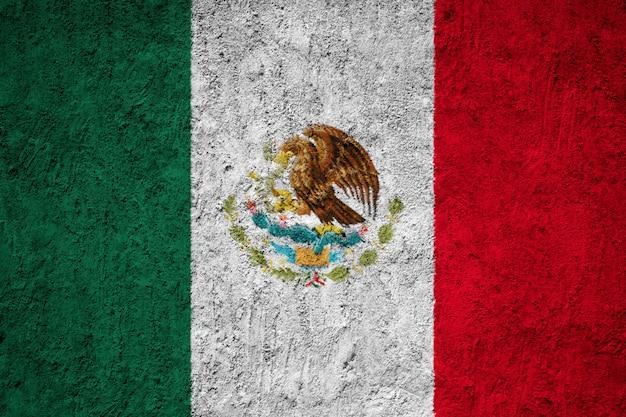 Pintou a bandeira nacional do méxico em uma parede de concreto