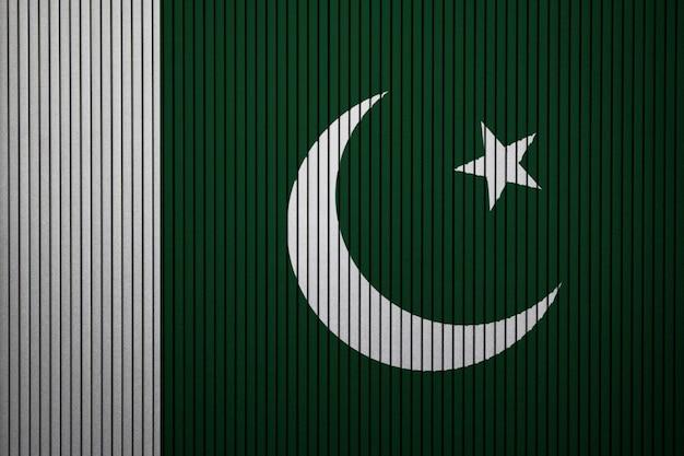 Pintou a bandeira nacional do paquistão em uma parede de concreto
