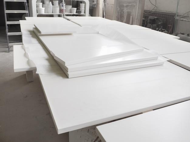 Pintou detalhes de madeira brancos para fábrica de móveis. a fabricação de frentes de cozinha.