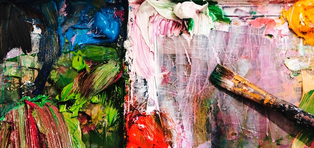 Pintura acrílica e um bruch
