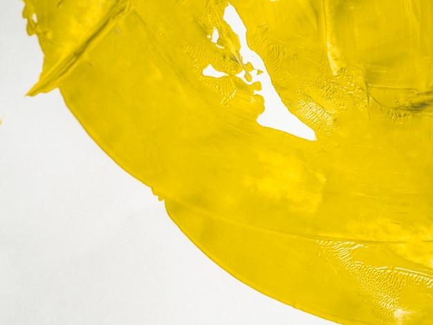 Pintura amarela vibrante na lona branca