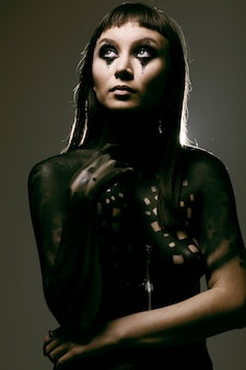 Pintura artística no corpo de uma jovem charmosa e esguia