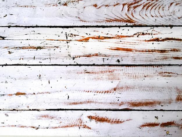 Pintura branca raspada em pranchas de madeira