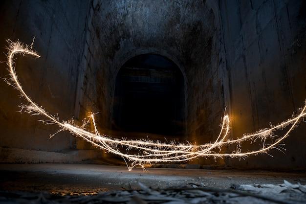 Pintura clara com um clarão em um túnel escuro Foto Premium