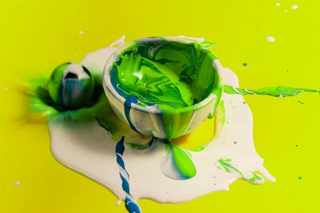 Pintura de alto ângulo verde com fundo amarelo
